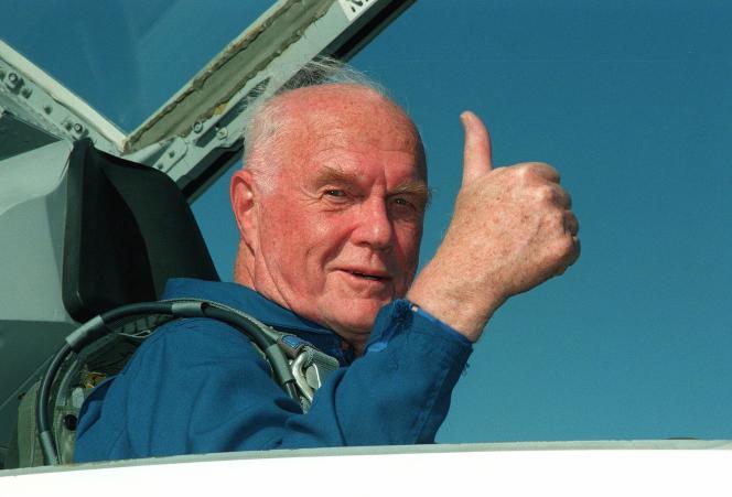 John Glenn, alors âgé de 77 ans, avant son second vol orbital en 1998.