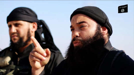 Capture d'écran issue d'une vidéo de propagande mise en ligne par l'organisation Etat islamique le 18 décembre 2014 , sur laquelle apparaît Boubaker El Hakim (à droite).