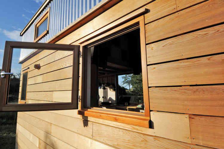 Des gouttières seront prochainement posées pour récupérer l'eau de pluie. Pour gagner de l'espace, les fenêtres s'ouvrent vers l'extérieur.