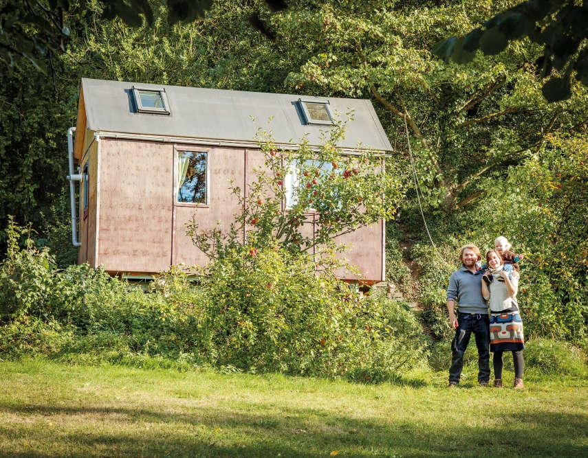 En 2014, Manon et Gaëtan vivaient dans un appartement qu'ils avaient du mal à gérer, sans compter que la location leur semblait chose vaine. Manon s'est alorsmise à rechercher des maisons de bois en kit, tout en regardant avec intérêt, de son œil de jeune anthropologue, les aménagements de petits espaces.