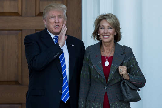 Donald Trump et Betsy DeVos après leur rendez-vous au Trump International Golf Club, le 19 novembre à Bedminster Township, dans le New Jersey.