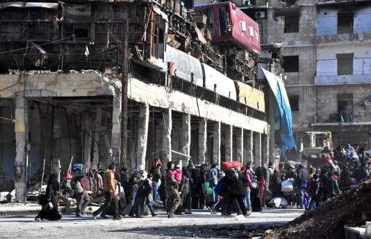 Des Alépins retournent dans les quartiers de la ville repris récemment par l'armée syrienne.