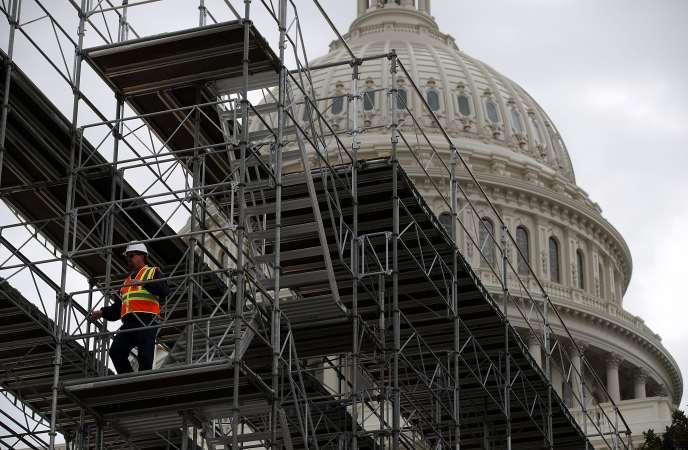 « Des scénarios concernant un conflit commercial entre les Etats-Unis et la Chine, mais aussi entre l'Europe et les Etats-Unis, voire, après le Brexit, entre l'Union européenne et le Royaume-Uni, sont tout à fait envisageables». (Photo : les travaux pour la construction du podium pour la prestation de serment de Donald Trump sur les marches du Capitole à Washington, le 20 janvier 2017, ont commencé).