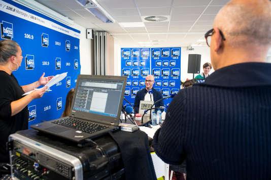 """A Orléans, le 6 décembre 2016, des demandeures d'emploi """"seniors"""" participent à un atelier de radio organisé par Pôle Emploi."""