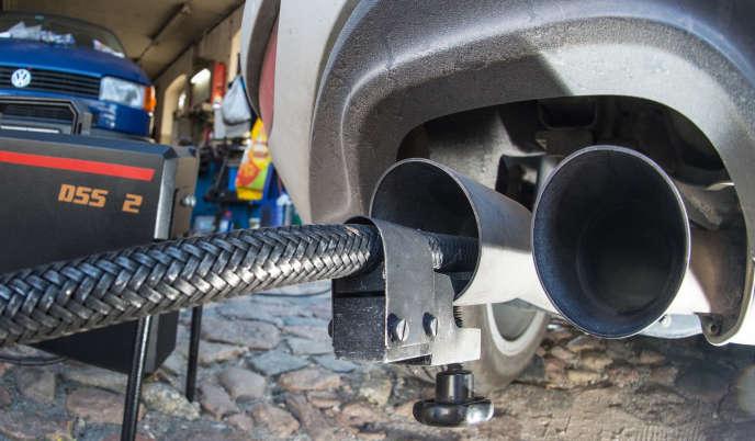 Les émissions d'oxydes d'azote sont mesurées sur une voiture Volkswagen, à Francfort, le 1er octobre 2015.