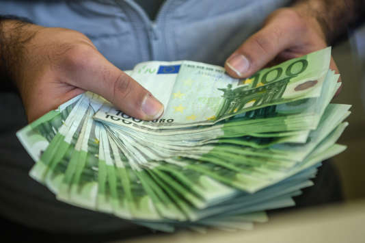 A change office staff shows euros on his hand on December 2, 2016 in Istanbul. Turks have over the past three months nervously watched the steady decline in value of the Turkish lira against the dollar, seeing it haemorrhage more than 10 percent in the past month alone. / AFP PHOTO / OZAN KOSE