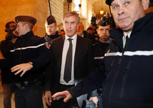 Des gendarmes escortent Jérôme Cahuzac à la sortie de son procès, le 8décembre.