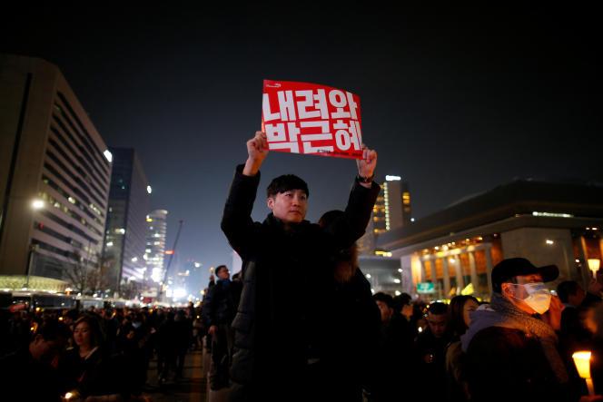 Park, 64 ans, dont la popularité est tombée à un niveau jamais vu de 4 %, est la cible d'importantes manifestations qui chaque samedi demandent son départ immédiat.
