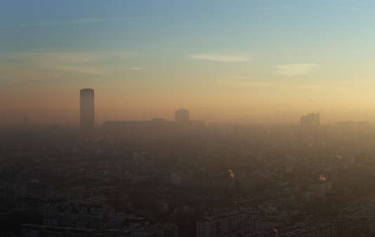 La tour Montparnasse, à Paris, vue à travers un épais nuage de pollution aux particules fines.