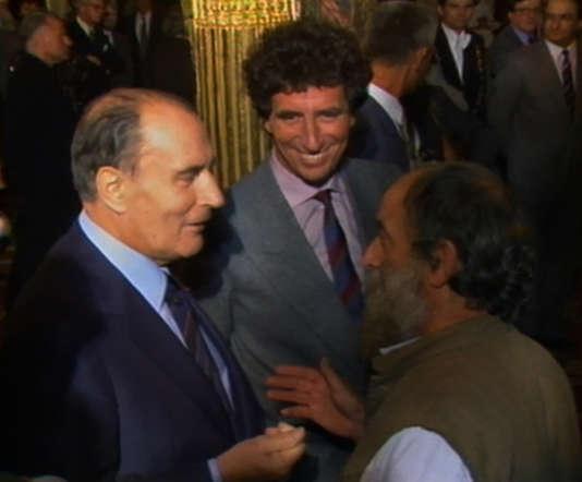 François Mitterrand et Jack Lang discutent avec le sculpteur César