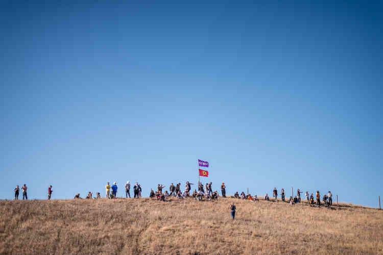 Les manifestants se sont rassemblés sur une colline dominant le camp et la zone de prévue pour le passage du pipeline.