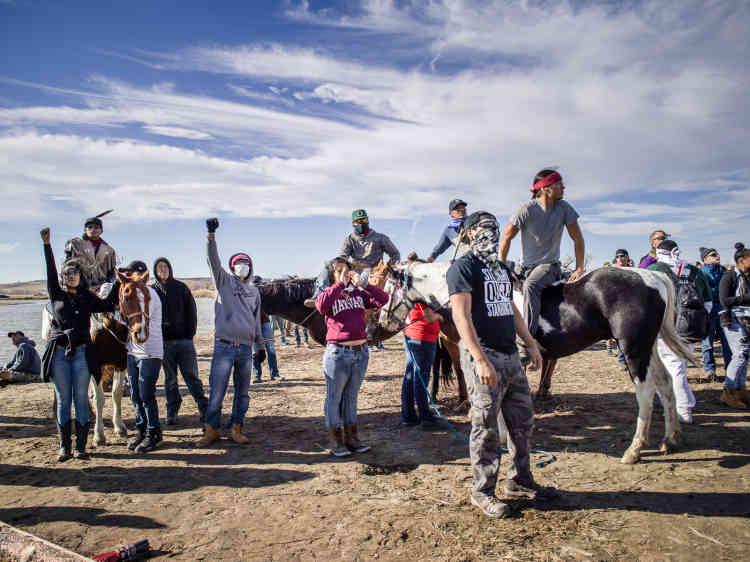 Le 7 novembre 2016, des manifestants sont rassemblés près d'un site funéraire sacrépour chanter et danser en opposition aux forces armées qui occupent le site.