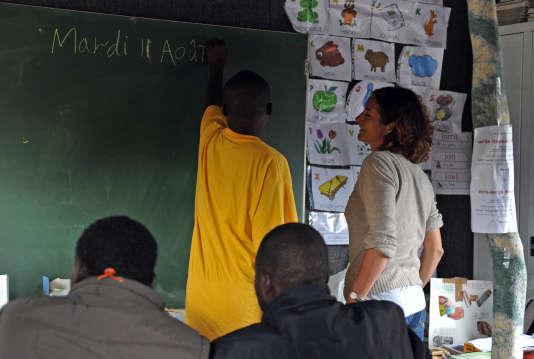 Cours de français par une orthophoniste, à l'école laïque du chemin des dunes, dans l'ancienne jungle de Calais. AFP PHOTO / FRANCOIS LO PRESTI