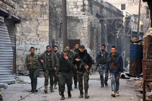 Des forces progouvernementales syriennes patrouillent dans la vieille ville d'Alep, le 9décembre.