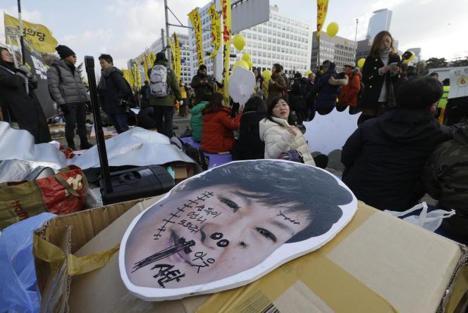 Le portrait défiguré dePark Geun-hye, le 9décembre, à Séoul, avant le vote du Parlement.