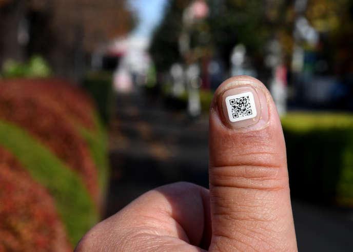 Un Flashcode de 1centimètre carré sur un autocollant permet de retrouver les coordonnées de personnes âgées désorientées. La démence sénile touche 4,6millions de personnes au Japon.