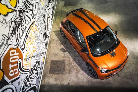 La Twingo GTse pare de coloris gais, à dominante orange, couleuren voguedans les catalogues automobiles.