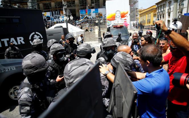 Manifestation contre l'austérité à Rio de Janeiro, le 16 novembre.