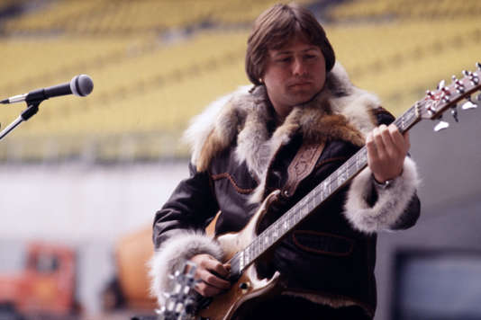 Le bassiste et chanteur britannique Greg Lake, membres historiques de King Crimson et d'Emerson Lake and Palmer.