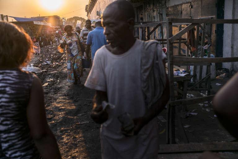 Dans un quartier populaire de Kinshasa, traversé par la voie ferrée qui relie la capitale à Matadi.