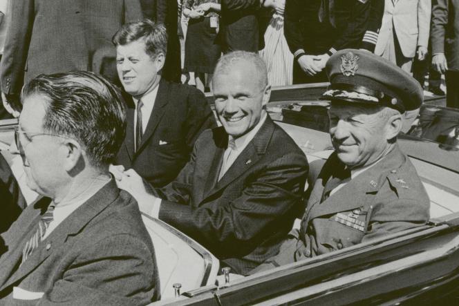 Le président Kennedy et John Glenn lors de la parade pour célébrer le premier vol d'un américain en orbite autour de la terre à Cocoa beach en Floride le 23 février 1962.
