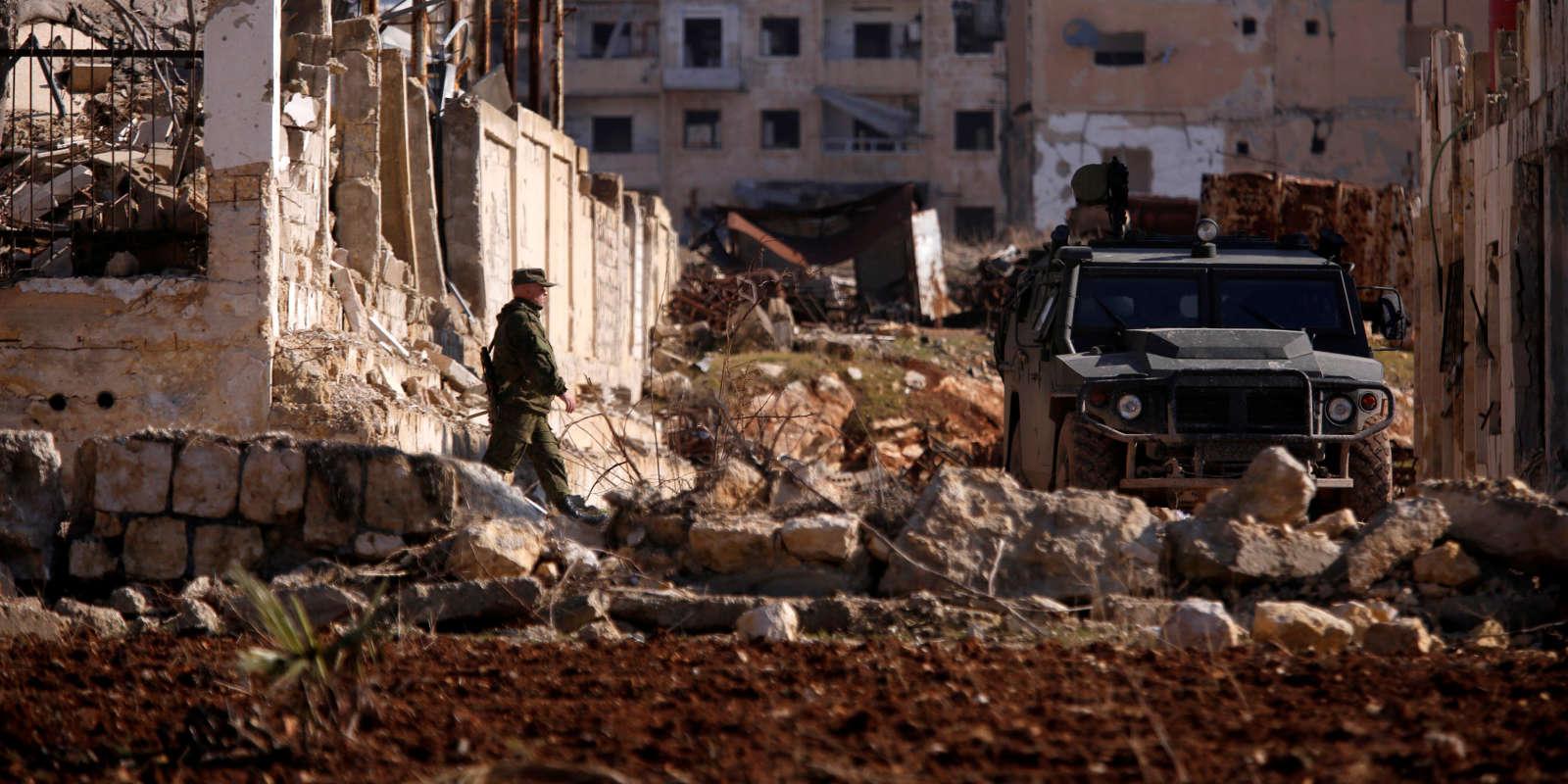 Un soldat russe dans le quartier d'Hanono, à Alep, contrôlé par les forces pro-gouvernementales, le 4 décembre 2016.