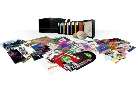 Coffret « The Early Years – 1965-1972 », de Pink Floyd, 10 CD, 9 DVD, 8 Blu-ray et 5 singles 45-tours, ainsique de nombreux documents.