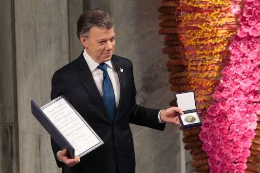 Le président colombien, Juan Manuel Santos, a reçu samedi 10 décembre le prix Nobel de la paix a Oslo.