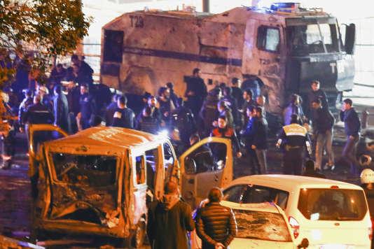 La police sur le lieux de l'explosion à Istanbul, samedi 10décembre.