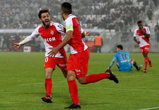 Avec leur large victoire (4-0) à Bordeaux, les Monégasques prennent la première place du podium en attendant PSG-Nice dimanche soir. Falcao a inscrit un triplé.