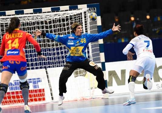 La Française Allison Pineau (à droite) a donné la victoire aux Bleues face à l'Espagne à la dernière seconde du match.