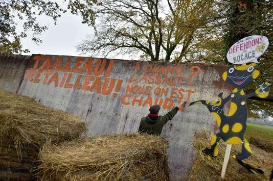 Une barricade bloque une des routes d'accès à la ZADde Notre-Dame-des-Landes (Loire-Atlantique) le 2 décembre.