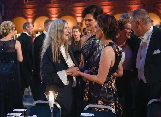 La chanteuse américaine Patti Smith (à gauche), lors du banquet des Nobel à Stockholm, le 10 décembre.