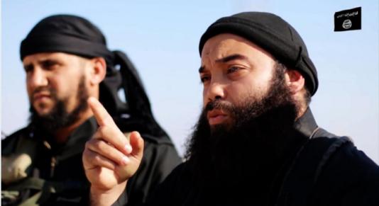 Capture d'écran issue d'une vidéo de propagande mise en ligne par l'organisation Etat islamique le 18 décembre 2014, sur laquelle apparaît Boubaker El Hakim (à droite).