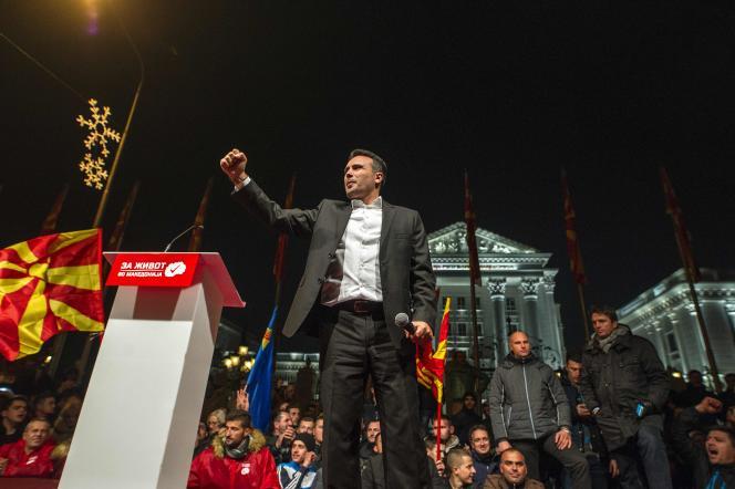 Zoran Zaev, le leader de l'opposition, a été acclamé par ses supporteurs devant le siège du gouvernement.