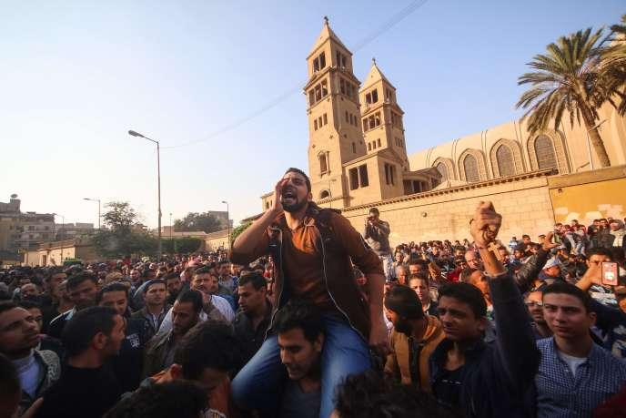 Des manifestants au Caire, le 11 décembre.