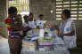 Edine_Célestin-16: Wisline Pierre-Louis, pharmacienne à Médecins du Monde expliquant aux patients le dosage des médicaments lors d'une clinique mobile, Julie, Chambellan, Haïti Edine_Célestin-16: Wisline Pierre-Louis, pharmacienne à Médecins du Monde expliquant aux patients le dosage des médicaments lors d'une clinique mobile, Julie, Chambellan, Haïti