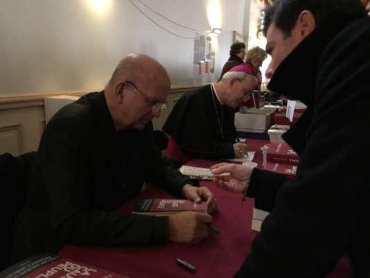 Patrick Buisson et monseigneur Schneider en dédicace au 24e Salon du livre Renaissance Catholique, à Villepreux, dans les Yvelines.