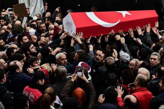 Lundi 12 décembre, à Istanvul, des hommes porte le cercueil de Kadir Yildirim, chef de la police tué dans un attentat à la bombe le 10 décembre.