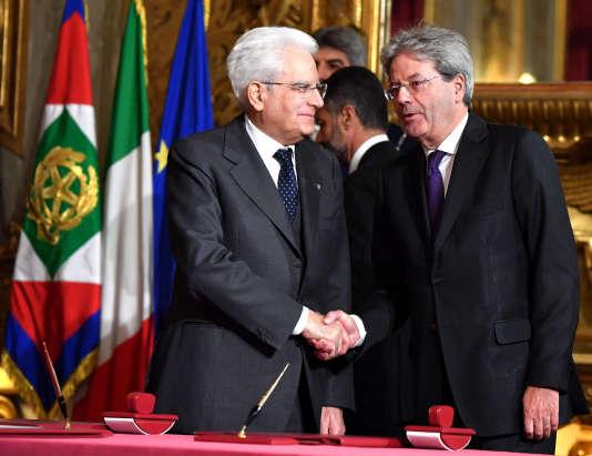 Paolo Gentiloni (à droite), avec le président Sergio Mattarella au Quirinal, le 12 décembre.