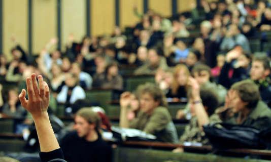 Des étudiants participent à une assemblée générale à l'université de Strasbourg, le 4 février 2009.