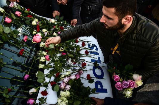 Commémorations à Istanbul, le 11 décembre, au lendemain d'un double attentat perpétré aux abord du stadede Besiktas.