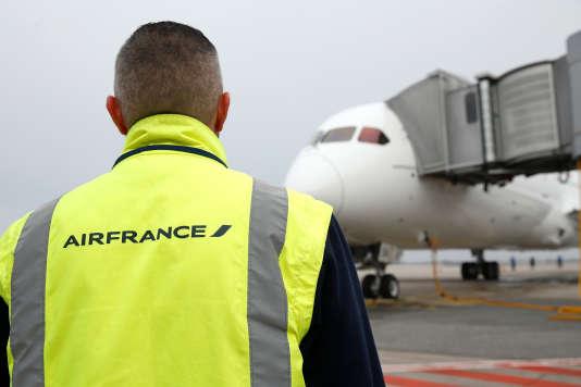 Le chiffre d'affaires d'Air France Industries et KLM Engineering & Maintenance, numéro2 mondiale derrière Lufthansa Technik, s'est élevé en 2015 à 4 milliards d'euros, en hausse de 18 %. Cette division emploie 14 000 personnes, dont 8 500 en France.