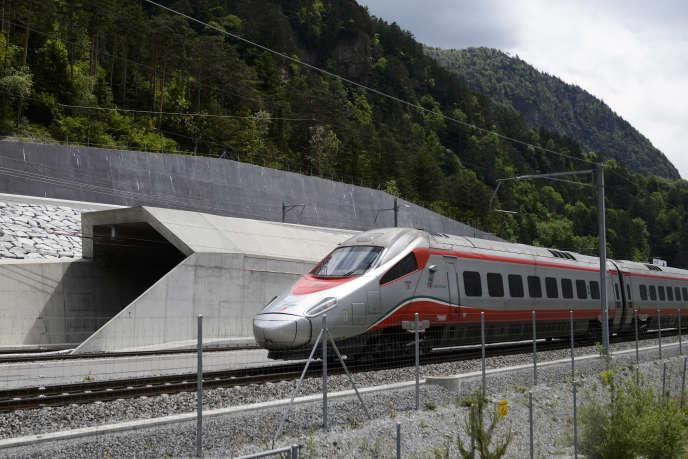 Test des chemins de fer fédéraux suisses dans le tunnel de base du Saint-Gothard,le 31 mai 2016.