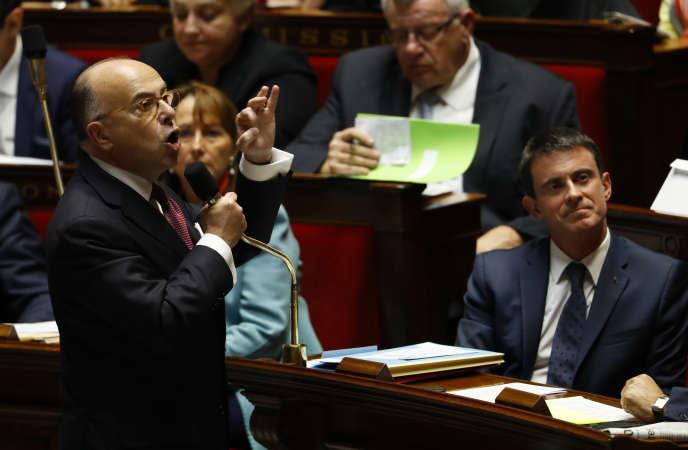 Bernard Cazeneuve et Manuel Valls à l'Assemblée nationale, le 25 octobre.