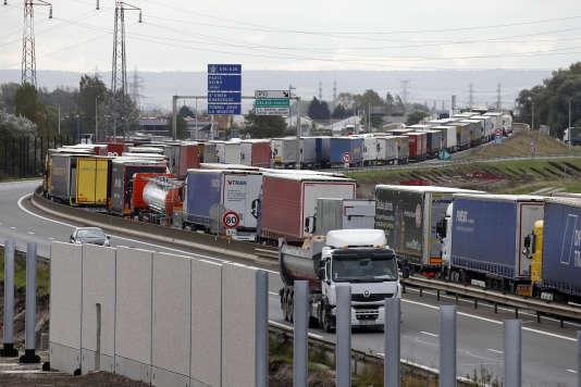 Le mur en construction à Calais, le 19 octobre 2016.