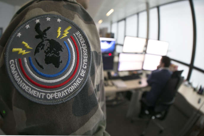 Des soldats au Centre d'analyse de lutte informatique défensive (Calid) à Paris, le 16 janvier 2015.