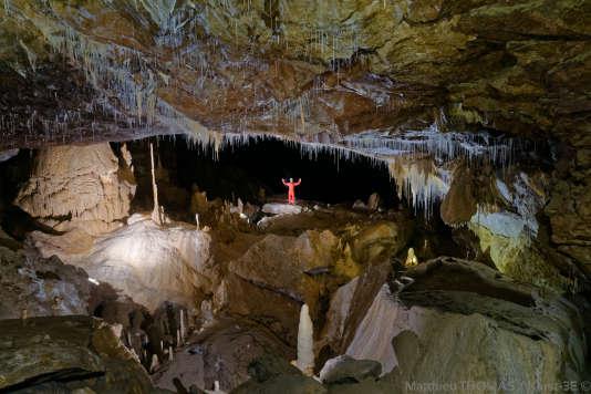 A cent mètres sous la terre, on découvre grottes, rivières et gouffres.