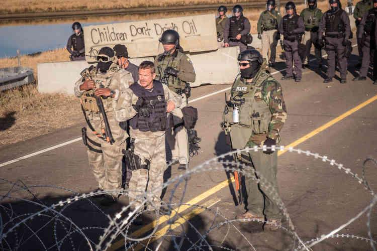 Les forces armées protègent les barrières qu'ils ontérigées sur le Backwater Bridge. Selon les manifestants, cesbarrages empêchent l'accèsdu personnel médicalau camp.