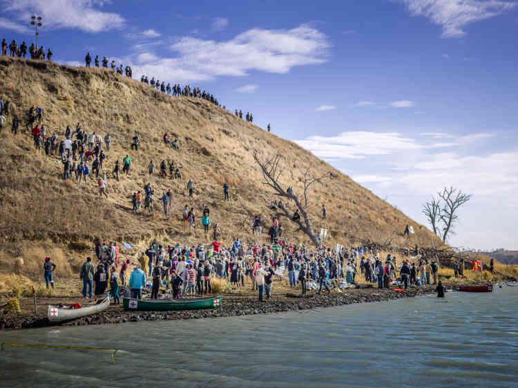 Les manifestants ont traversé la rivière en canoë pour se rendre àTurtle Island, surun site funéraire occupé par les forces de police.Le tracé initial du pipeline traversait ces terres sacrées pour les Sioux.